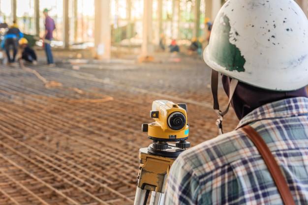 Geodeti pri zameraní rozostavanej stavby